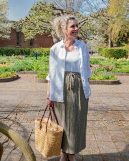 Tid til picnic! 🧺  Her ser du vores bud på det perfekte picnic outfit. Det er let, elegant og vigtigst af alt er denne lækre nederdel lavet af hør, som er en stor favorit hos Karina 🙌🏼  Nederdel fra Gardeur til 999,- Skjorte til 699,-  Hvad synes du om Karinas picnic outfit? 😍  #asmus #fashion #style #brax #lyngby #beautiful #butik #fashionstyle #tøj #dametøj #mode #clothes #ladies #gardeur #skjorte #hør #nederdel #picnic #sommer