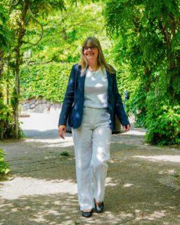Tid til fest! 🎉  Lene har fundet et super fint og festligt outfit frem fra butikken 😍  - Blazer fra Max Mara til 2499,- - Hvide hørbukser fra Brax til 999,- - T-shirt fra Efixelle til 499,-  Hvad synes du om Lenes outfit? 🤔  #asmus #butikasmus #nyheder #nyhedeributikken #sommer #sommerkjoler #tilfestoghverdag #viglæderostilatsedig #visesibutikken #fashion #style #lyngby #beautiful #butik #fashionstyle #tøj #dametøj #mode #clothes #ladies