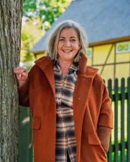 Sådan styler du en ternet skjorte 🙌🏼  En ternet skjorte behøver ikke være kedelig! Det handler bare om at sammensætte den med de helt rigtige styles 👌🏼  Vibeke har i dag vist, hvordan hun ville gøre dette: - Stenströms skjorte 1299,- - Rafaela bukser 1399,- - Comma jakke 1899,-  Vi synes, dette outfit er super sejt - Hvad synes du?😍  #asmus #butikasmus #efterår #efterårsmode  #hverdag #viglæderostilatsedig #visesibutikken #fashion #style #lyngby #beautiful #butik #fashionstyle #tøj #dametøj #mode #clothes #ladies #raphaela #comma