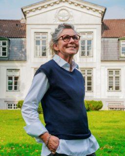Minimalistisk lag på lag outfit! 👌🏼  Karina har sammensat dette simple outfit i fine blå nuancer!   Vejret bliver koldere, og derfor kan man med god grund begynde at gå med på lag-på-lag stilen igen - det er både rigtig pænt og praktisk på samme tid 🙌🏼  Dette outfit består af: - Gardeur bukser 1199,- - Stenströms skjorte 1099,- - Stenströms vest 899,-  Kom ind i butikken og lad os hjælpe med din efterårsgarderobe! 😍  #asmus #butikasmus #efterår #efterårsmode #hverdag #viglæderostilatsedig #visesibutikken #fashion #style #lyngby #beautiful #butik #fashionstyle #tøj #dametøj #mode #clothes #ladies #stenstroms #gardeur